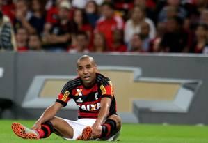 Sentado ao fim do jogo, Emerson Sheik mostra seu desapontamento com a derrota em casa na estreia pelo Flamengo Foto: Rafael Moraes / Agência O Globo