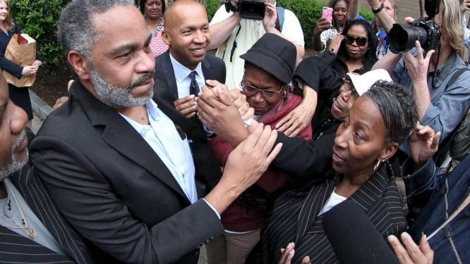 Nova vida. Anthony Ray Hinton cumprimenta familiares após deixar a prisão em Birmingham, Alabama: 30 anos no corredor da morte por um crime que ele não cometeu Foto: REUTERS/3-4-2015
