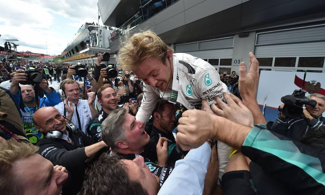 Rosberg se joga, literalmente, nos braços da equipe Mercedes ANDREJ ISAKOVIC / AFP
