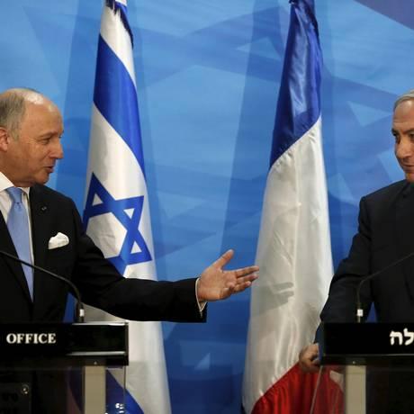 O ministro do exterior francês, Laurent Fabius (esquerda), e o primeiro-ministro de Israel Benjamin Netanyahu Foto: POOL / REUTERS