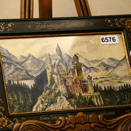 """Obra assinada pro """"A Hitler"""" ilustra o castelo Neuschwanstein, um edifício construído pelo rei Ludwig II da Baviera, cuja forma inspirou o logotipo Disney Studios Foto: CHRISTOF STACHE / AFP"""