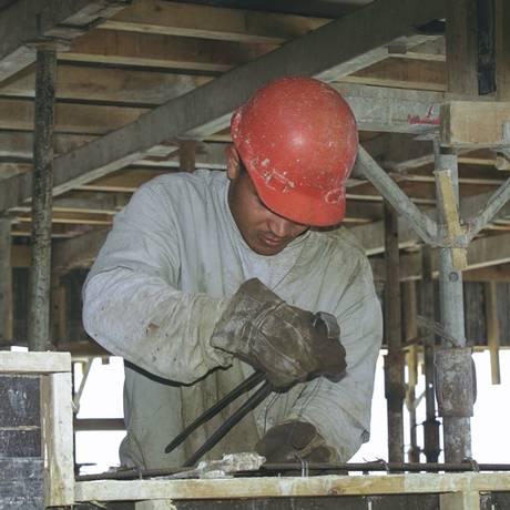 Operário da construção civil usando equipamentos de segurança adequados / Foto de arquivo Foto: André Corrêa / Arquivo