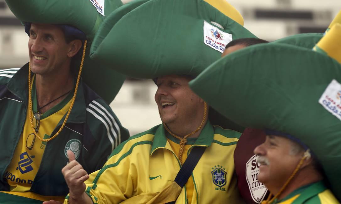 Torcedores brasileiros esperam o início do jogo com a Venezuela, dá até saudade da Copa do Mundo no Brasil Luis Hidalgo / AP