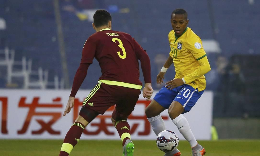Robinho, substituto de Neymar, suspenso, parte com a bola para cima do venezuelano Andres Tunez RICARDO MORAES / REUTERS