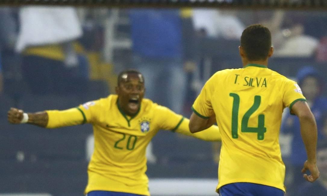 O zagueiro Thiago Silva corre para comemorar o gol com Robinho RICARDO MORAES / REUTERS