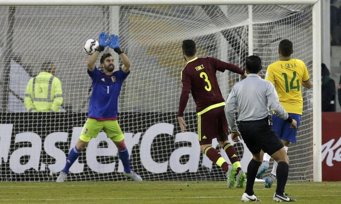 O goleiro Baroja não segura, e Thiago Silva abre o placar para o Brasil na partida contra a Venezuela JORGE ADORNO / REUTERS