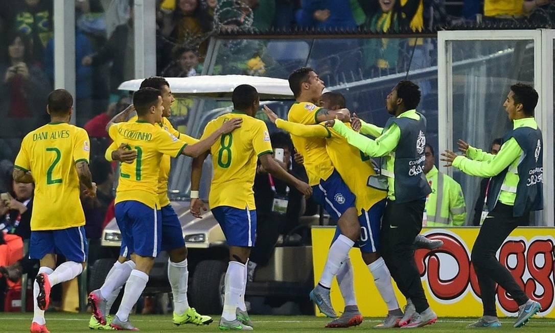 Thiago Silva se agarra ao pescoço de Robinho e comemora com entusiasmo o belo gol que marcou sobre a Venezuela, logo aos oito minutos MARTIN BERNETTI / AFP