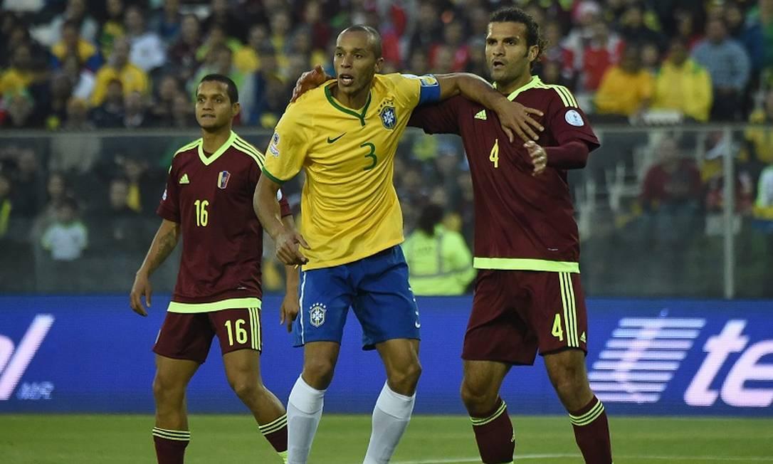 Miranda, novo capitão da seleção brasileira, na briga por espaço contra Vizcarrondo, da Venezuela LUIS ACOSTA / AFP