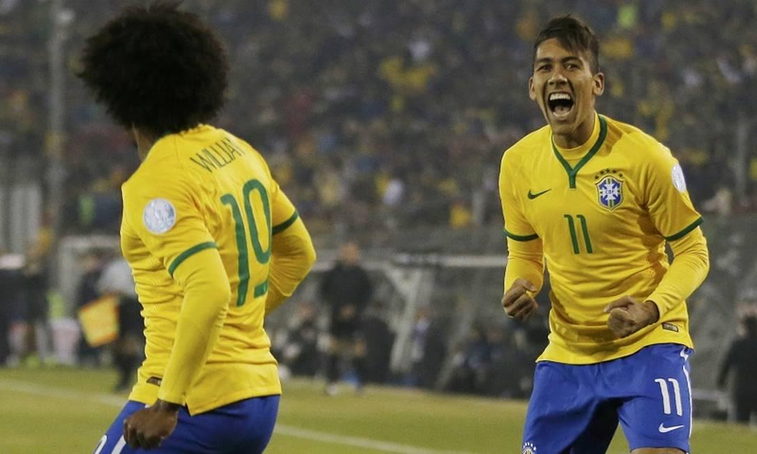 Firmino festeja seu gol diante de Willian, autor da jogada e do passe de três dedos que deixou o camisa 11 livre dentro da área IVAN ALVARADO / REUTERS