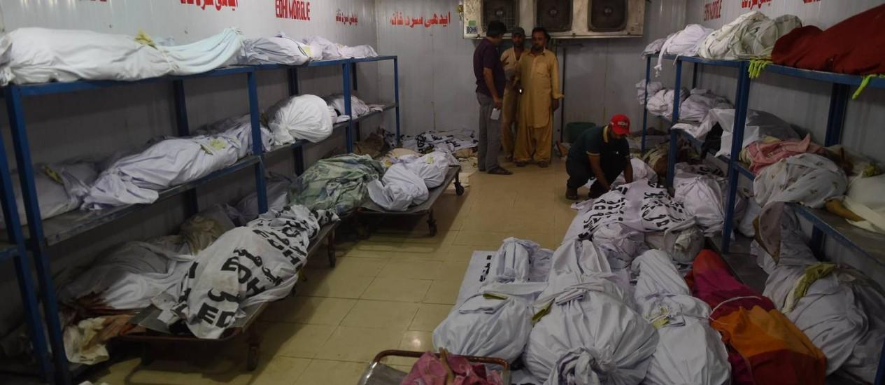 Parentes das vítimas da onda de calor no necrotério de Karachi, no sul do Paquistão Foto: AFP
