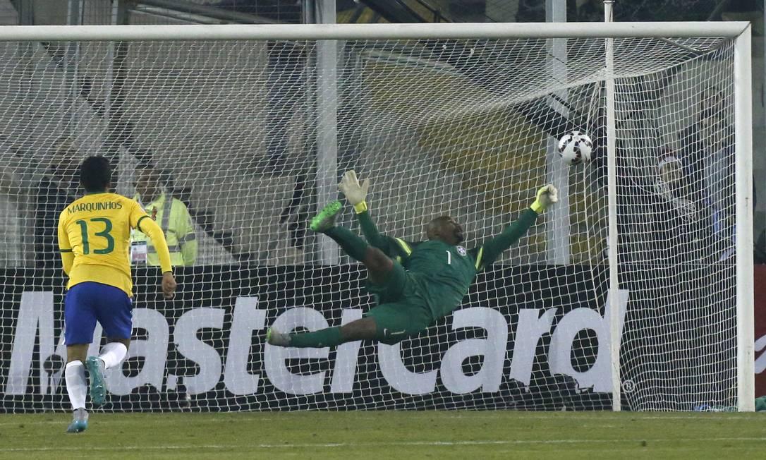 Jefferson se estica para defender a falta de Arango. No rebote, Miku marcou o gol da Venezuela Luis Hidalgo / AP