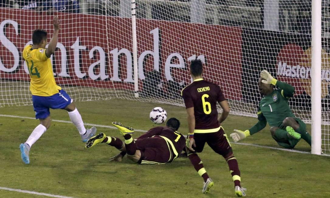 Miku cabeceia para marcar o gol da Venezuela DAVID MERCADO / REUTERS