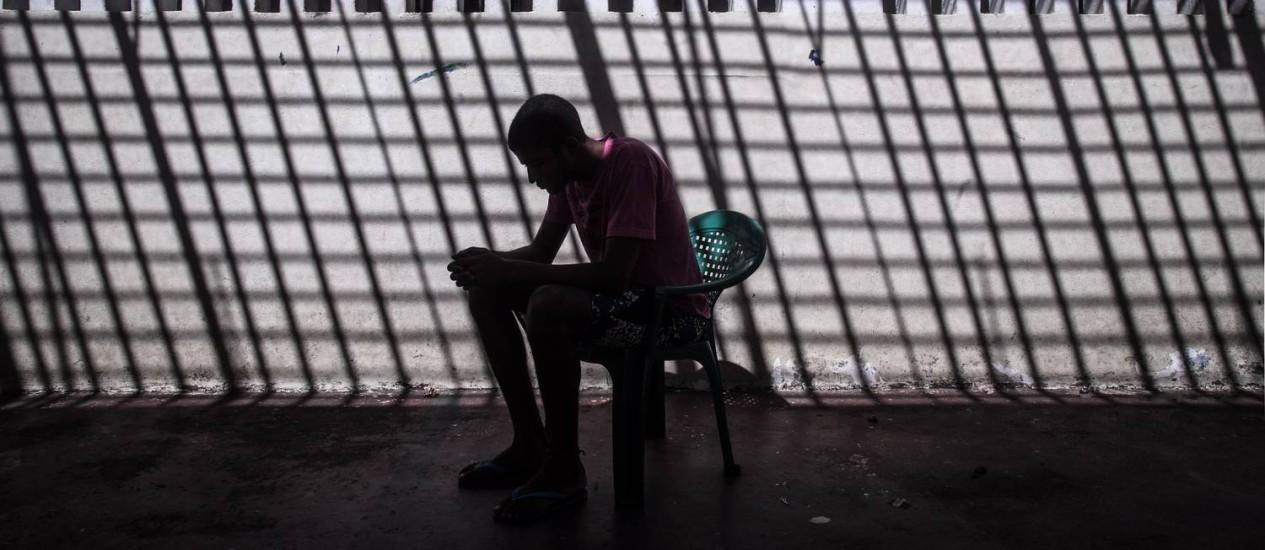 Nas sombras . Um dos menores detidos no Centro de Internação de Adolescentes em Anápolis, que fica dentro do 4º Batalhão de Polícia Militar Foto: ANDRE COELHO / André coelho