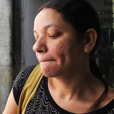Adriana Alves dos Santos, sem emprego, usou limites do cartão de crédito e do cheque especial. Dívida já soma R$ 10 mil Foto: Michel Filho / Agência O Globo