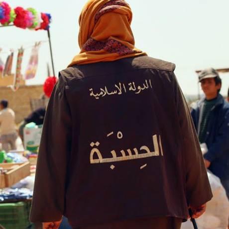 Membro do grupo Estado Islâmico patrulha um mercado em na cidade síria de Raqqa Foto: Uncredited / AP