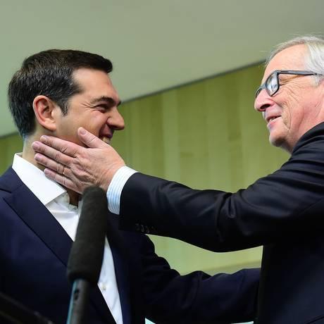 O premier grego Alexis Tsipras (à esquerda) é recebido pelo presidente da Comissão Europeia, Jean-Claude Juncker, para reunião nesta segunda-feira em Bruxelas Foto: Emmanuel Dunand / AFP