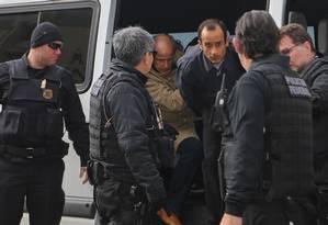 Os empresários Otávio Marques de Azevedo e Marcelo Odebrecht (direita) chegam ao IML para o exame de corpo delito. Foto: Geraldo Bubniak / Agência O Globo