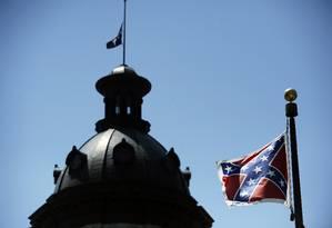 Bandeira confederada é vista perto da sede do governo da Carolina do Sul, em Columbia Foto: Rainier Ehrhardt / AP