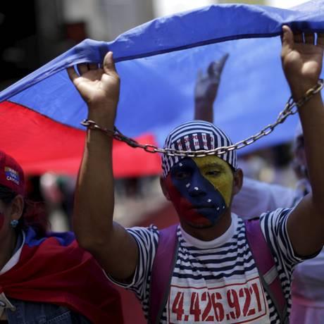Manifestantes protestam em Caracas Foto: JORGE DAN LOPEZ / REUTERS