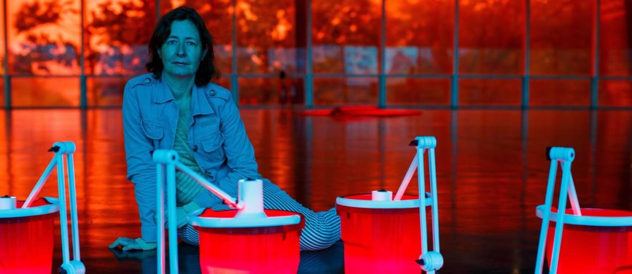 Artista francesa Dominique Gonzalez-Foerster posa com as obras da sua exposicao, 'Temporama', no MAM Foto: Daniel Marenco / Agência O Globo