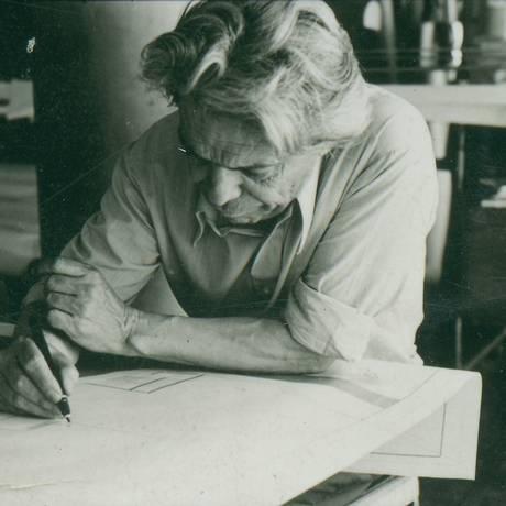 Vilanova Artigas em seu escritório, em 1975 Foto: Acervo família Artigas