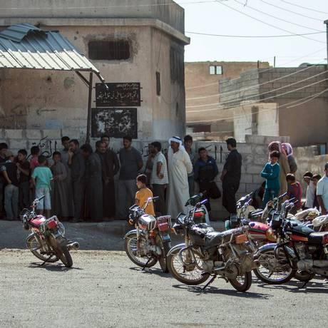 Moradores de Tel Abyad, em Raqqa, após retomada da cidade Foto: STRINGER / REUTERS