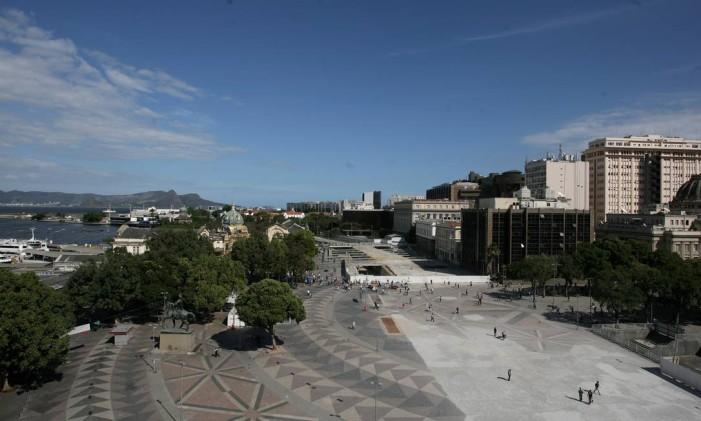 A Praça Quinze de cara nova: derrubada do Elevado da Perimetral mudou a paisagem Foto: Luiz Ackermann / Agência O Globo (06/10/2014)