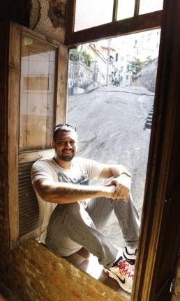André Peterson, dono do Bar Bodega do Sal, na Pedra do Sal Foto: Camilla Maia, em 09/07/2014 / O Globo