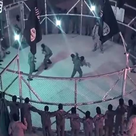 Vídeo, divulgado pelo Estado Islâmico, mostra crianças sendo treinadas sob comando de soldado jihadista Foto: Reprodução