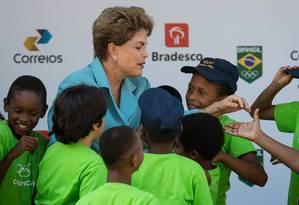 Dilma é cercada por crianças em evento no Rio Foto: Daniel Marenco / Agência O Globo