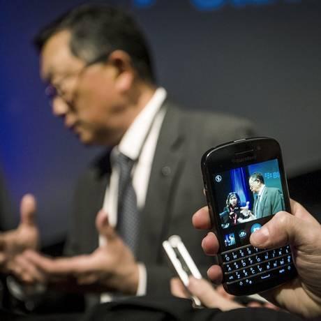 O executivo-chefe da Blackberry, John Chen, é fotografado com um aparelho da empresa Foto: MARK BLINCH / REUTERS