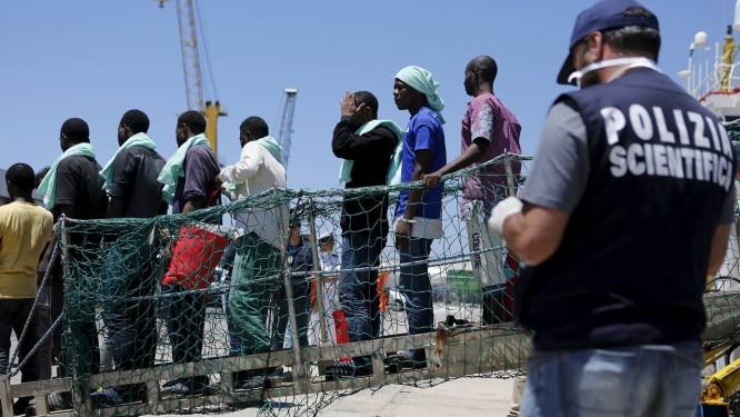 Migrantes desembarcar no porto de Pozzallo, nesta terça-feira Foto: ANTONIO PARRINELLO / REUTERS