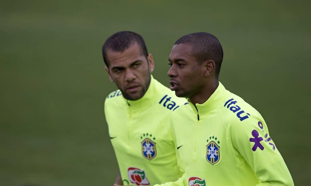 Daniel Alves e Fernandinho são dois dos titulares de Dunga Silvia Izquierdo / AP