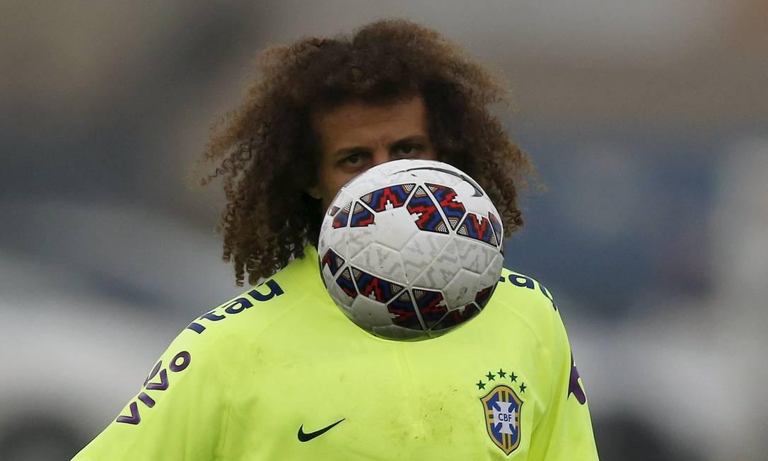 O zagueiro David Luiz observa a bola no treino desta terça, em Santiago UESLEI MARCELINO / REUTERS