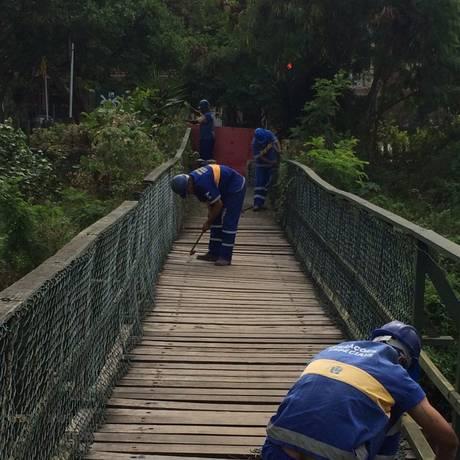 Funcionários da Secretaria de Conservação fazem reparos Foto: Divulgação / Subprefeitura da Ba / divulgação/subprefeitura da barra e jacarepaguá