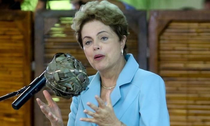 A Presidente Dilma Rousseff brinca com bola feita de folha de bananeira Foto: André Coelho / Agência O Globo