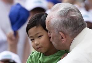 Papa Francisco beija criança ao chegar para sua audiência-geral semanal, na Praça de São Pedro, no Vaticano Foto: Riccardo De Luca / AP