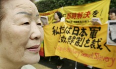 """Yong-Soo Lee é uma das sul-coreanas que foram transformadas em """"mulheres de conforto"""" pelo Japão. Ela participou de uma manifestação, em 2005, exigindo desculpas do governo japonês Foto: Toru YAMANAKA / AFP"""