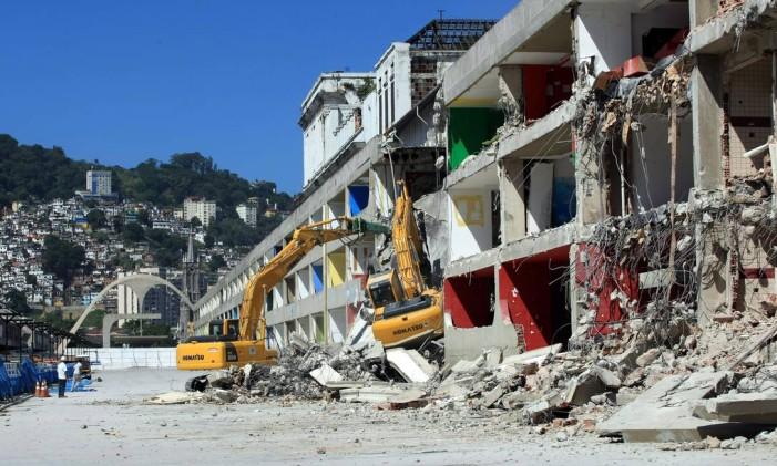Demolição do setor 2 do Sambódromo para as Olimpíadas Foto: Carlos Ivan / Agência O Globo (20/04/2011)