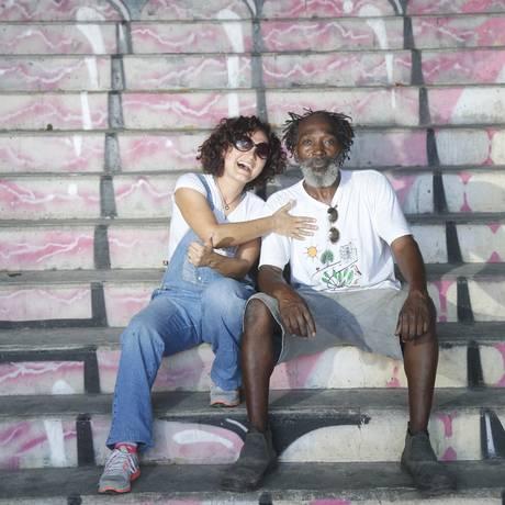 Parceria. Janaína e Cipriano ajudam a revitalizar escadaria no Encantado Foto: Agência O Globo / Felipe Hanower