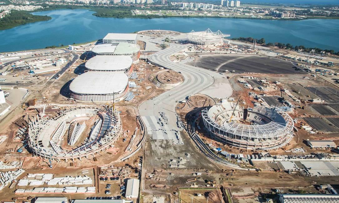 Uma outra vista panorâmica do parque. Em primeiro plano, Velódromo à esquerda e o Centro de Tênis à direita. Ao fundo, a Arena do Futuro (handebol) à esquerda e o Estádio Olímpico de Esportes Aquáticos à direita Renato Sette Camara / /Prefeitura do Rio