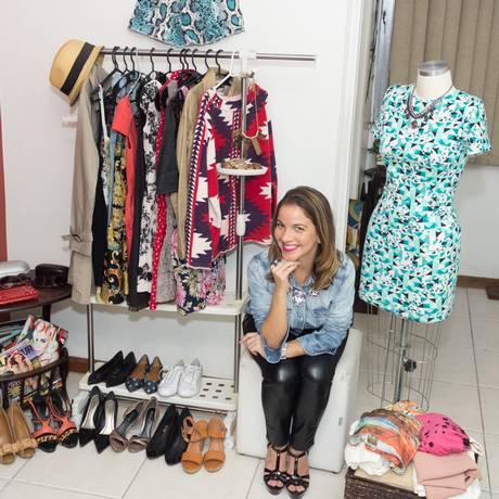 A analista de navegação Manoela Isidro organiza bazar com peças do próprio guarda-roupa Foto: Marcos Isidro