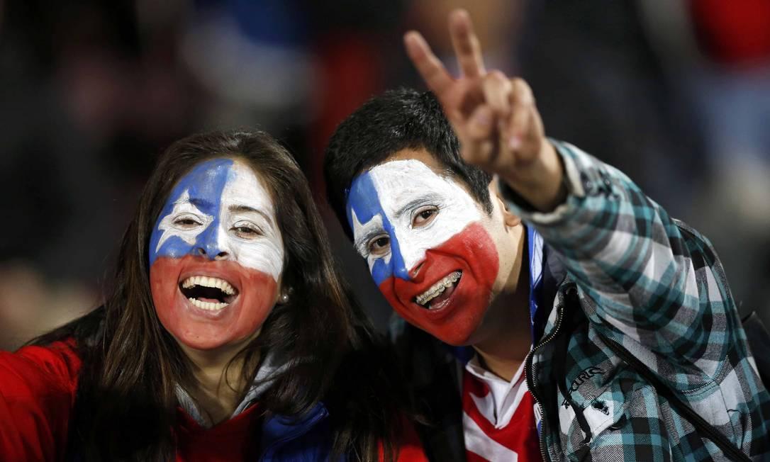 Casal chileno animado para a partida contra o Uruguai UESLEI MARCELINO / REUTERS