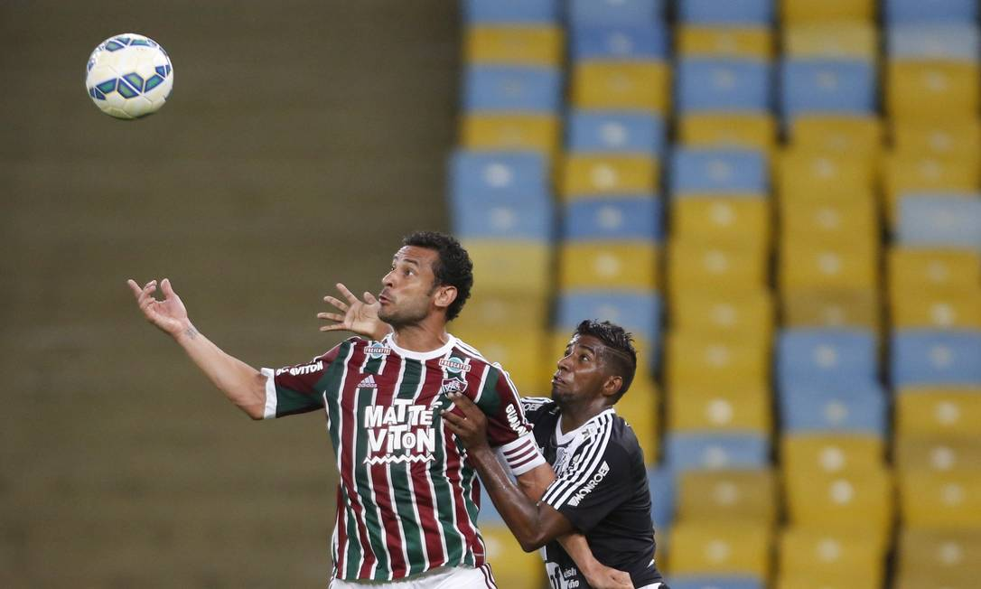 Marcado por um zagueiro da Ponte Preta, Fred tenta dominar a bola Guito Moreto / Agência O Globo