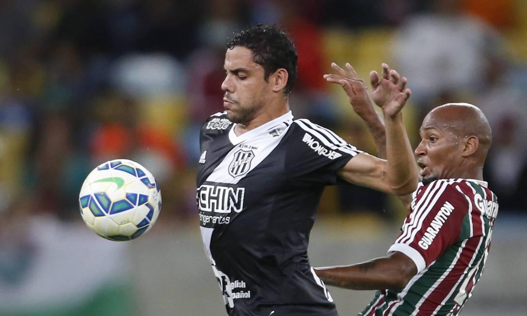 Wellington Silva tenta recuperar a bola para o Fluminense Guito Moreto / Agência O Globo