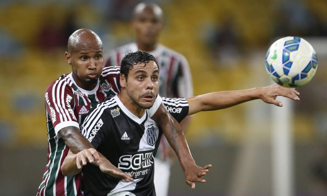 Wellington Silva e atacante da Ponte observam a bola no Maracanã Guito Moreto / Agência O Globo