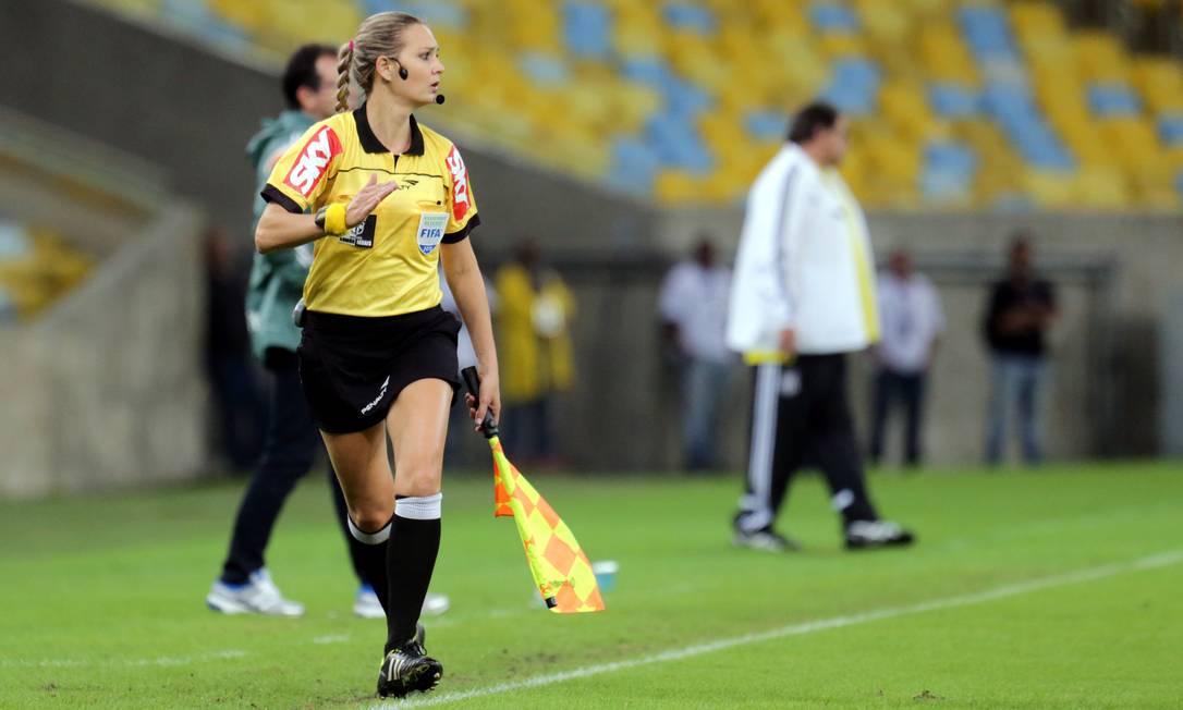 A auxiliar acompanha o jogo no Maracanã Marcelo Theobald / Agência O Globo
