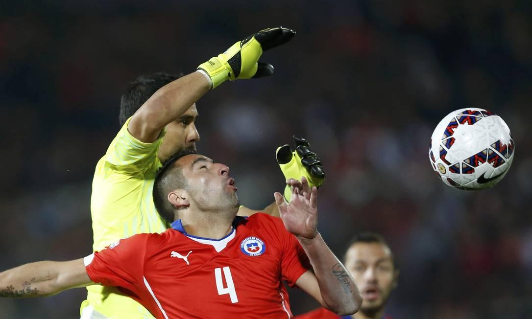 Goleiro chileno Bravo e lateral Isla dividem a bola UESLEI MARCELINO / REUTERS