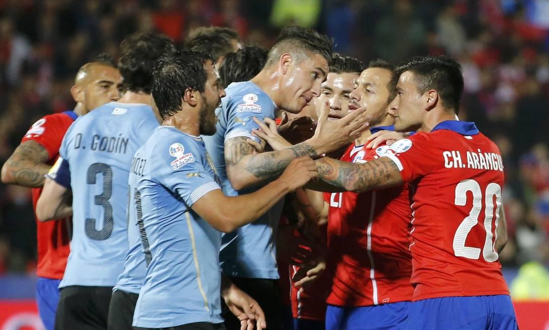 Uruguaio Gimenez e o chileno Aránguiz batem boca no primeiro tempo IVAN ALVARADO / REUTERS
