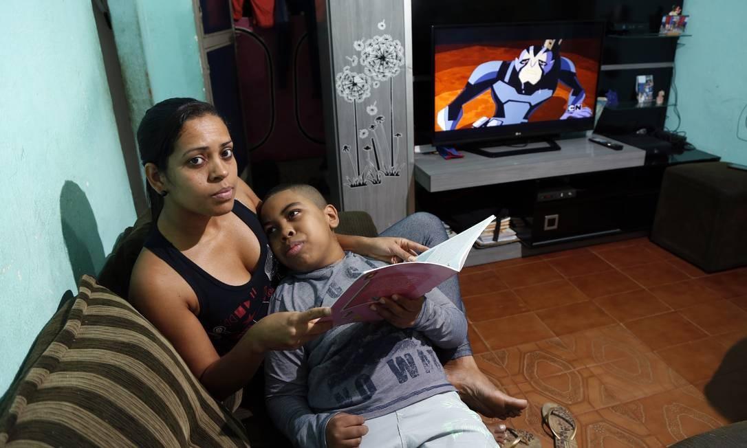 Há mais de um mês, Leila Pereira, moradora de São João de Meriti, tenta liberar na Receita Federal canabidiol para o filho Natã, de 10 anos, que sofre crises convulsivas Foto: Fabio Rossi